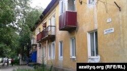 Дом с табличкой с названием улицы Ливона Мирзояна. Актобе, 23 июля 2014 года.