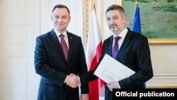 Амбасадар Артур Міхальскі (справа) зпрэзыдэнтам Польшчы Анджэем Дудам. Варшава,2018год