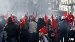 Афинада коммунисттерди колдогондор менен алардын каршылаштары демонстрация учурунда кагылыша кетишти, 20-октябрь, 2011