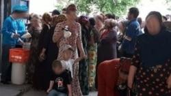Türkmenbaşy: Un nobatyna garaşýan aýallar ýetmezçilik babatyndaky nägileliklerini häkimden çykardylar