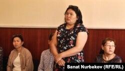 Участница акции 1 мая Турсынкуль Жоланова (в центре) на рассмотрении апелляции по ее делу. Алматы, 14 мая 2019 года.