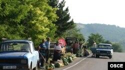 Pepeni de vânzare la marginea şoselei Chişinău-Dubăsari