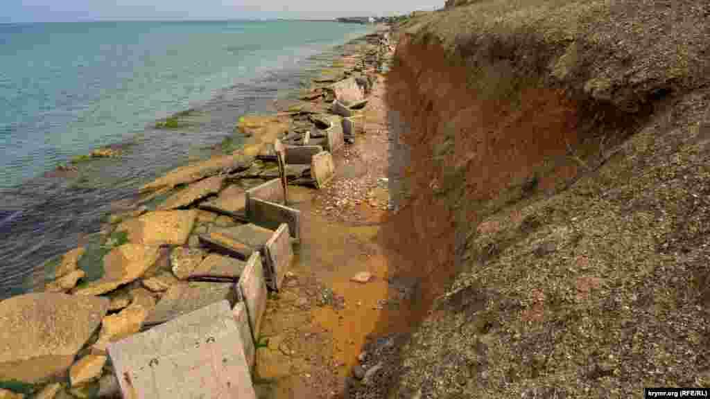 Аварійна берегова інфраструктура розтягнулася на сотні метрів