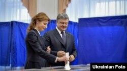 Президент України Петро Порошенко з дружиною Мариною голосують у Києві, 15 листопада 2015 року