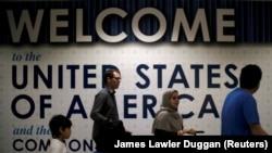Вашингтонның Даллес халықаралық әуежайының терминалынан өтіп бара жатқан шетел азаматтары (Көрнекі сурет).