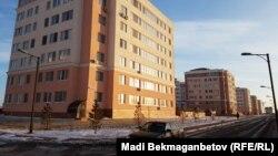 """""""Саранда"""" тұрғын үй кешені жанында жүрген көлік пен адам. Астана, 28 қараша 2016 жыл."""