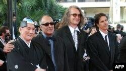 Takeshi Kitano, rejissorlar Abbas Kiarostami, Wim Wenders və Walter Salleslə birlikdə Kann film festivalında.