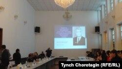 Кыргызстандын Улуттук илимдер академиясынын жыйын залында. 18.4.2017.
