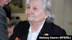Серафима Минаева, ветеран войны, получает юбилейную медаль. Алматы, 2 апреля 2015 года.