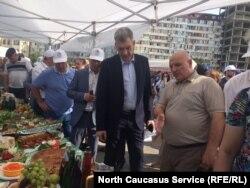Ярмарку посетил руководитель администрации главы РД Владимир Иванов