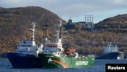 """Cудно Greenpeace – """"Арктик Санрайз"""" под конвоем прибыло в Мурманск"""