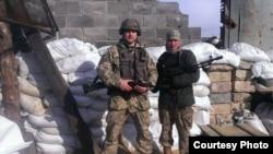 Юрій Сухарєв (ліворуч) у зоні АТО