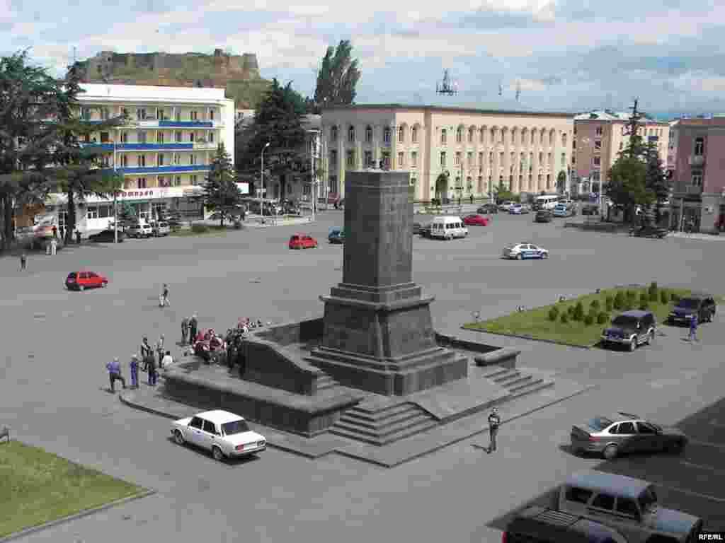 Від пам'ятника в центрі міста лишився тільки постамент, фото 25 червня 2010 року