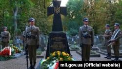 Почесна польська варта в День польського війська біля пам'ятника воїнам УНР у Варшаві, 15 серпня 2017 року