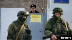 Пойгоҳи Украина дар Симферопол дар иҳотаи силоҳбадастон