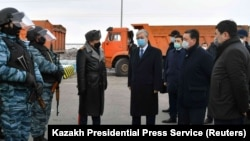 Президент Казахстана Касым-Жомарт Токаев и чиновники на одном из блокпостов на въезде в Нур-Султан после закрытия города на карантин. 19 марта 2020 года.