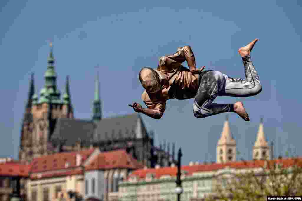 Прагадағы трамплинде өнер көрсетіп тұрған әртіс. 9 сәуір 2020 жыл.