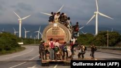 Dio velike grupe migranata, uglavnom iz Hondurasa, koja se kreće prema Sjedinjenim Državama, na cisterni u Meksiku, 30. oktobar 2018.