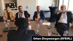 Приехавшие из Казахстана активисты на встрече с бывшим премьер-министром Акежаном Кажегельдиным. Брюссель, 8 апреля 2018 года.