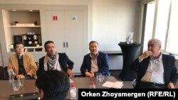 Казахстанские гражданские активисты и политики на встрече с бывшим премьер-министром Казахстана Акежаном Кажегельдиным. Брюссель, 8 апреля 2018 года.