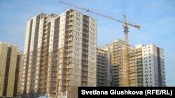 Строящийся жилой комплекс на улице имени Шокана Уалиханова в Астане. 5 февраля 2013 года.