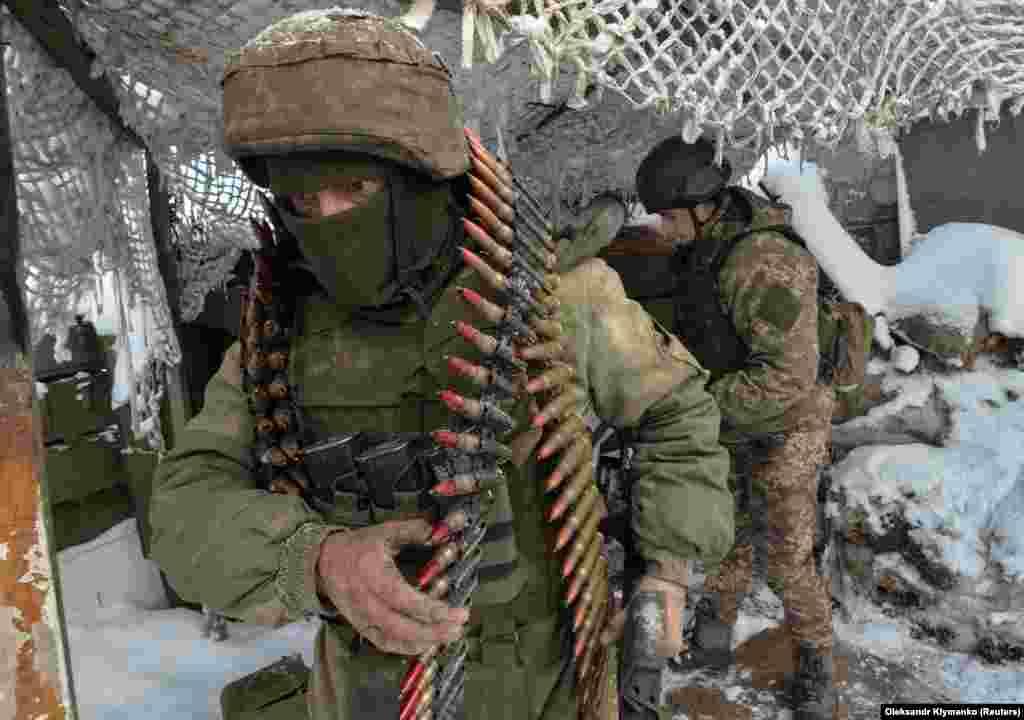 Українські вояки споряджають зброю на одній з позицій ЗСУ під Авдіївкою, 25 листопада 2017 року