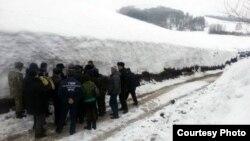 Высота снежного покрова в некоторых районах Восточно-Казахстанской области достигает трех метров. 4 марта 2013 года. Фото предоставлено пресс-службой акимата Восточно-Казахстанской области.
