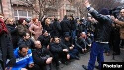 Представители малого и среднего бизнеса на прошедшей неделе провели у здания правительства Армении акцию протеста против введения нового налогового администрирования, потребовав отменить поправки в закон о налоге с оборота