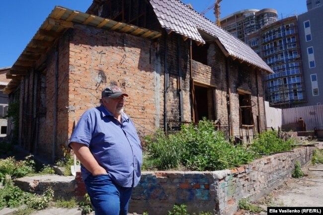 Михаил Шувленов рядом со своим домом, который пытается восстановить