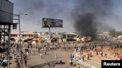 Нигерия -- Гомбе шаарындагы жан кети жардыруусунан кийинки түтүн. 1-февраль, 2015.