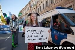 Дарья Апахончич на первомайской демонстрации