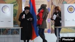 Президент Серж Саргсян ұсынған Армениядағы конституциялық реформа бойынша референдумға дауыс беріп шыққан Ереван тұрғындары. 6 желтоқсан 2015 жыл.
