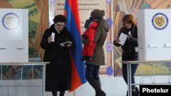 Armenia - Voting in a Yerevan polling station on constitutional changes put forward by President Serzh Sarkisian, 6Dec2015.