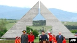 Президент Грузії Міхеїл Саакашвілі під час відкриття 26 травня меморіалу загиблим грузинським воякам у війні з Росією в серпні 2008 року