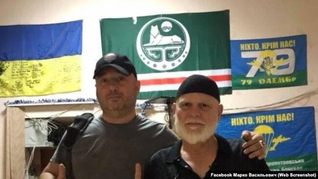 Марк Гордиенко (слева). По его словам, флаг Ичкерии - подарок Адам Осмаева и Амины Окуевой