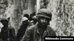 Израильский десантник на улице в Старом городе Иерусалима. 9 июня 1967 года