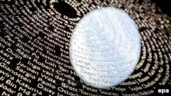 Имена жертв крушения «Боинга» на Национальном монументе в Вейфгойзене близ амстердамского аэропорта Схипхол.