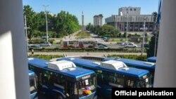 """""""Шыдыр Жол Кей Жи"""" компаниясынын автобустары. 2017-жылы ишке берүү учурунда тартылган кадр."""