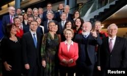 """""""Правительство"""" ЕС: новый состав Еврокомиссии во главе с ее председателем Урсулой фон дер Ляйен (в центре)"""