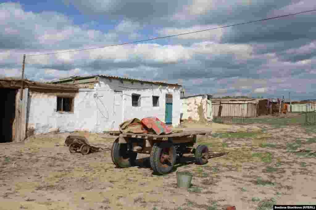 """Жители аула Кабырга рассказывают, что в их районе этой весной находили предметы, по их мнению отколовшиеся от ракеты-носителя """"Протон""""."""
