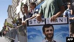 معترضان به سخنرانی محمود احمدی نژاد در دانشگاه کلمبيا، نيويورک