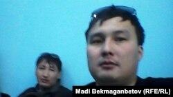Корреспонденты Азаттыка в Астане Мади Бекмаганбетов и Ержан Амирханов в отделении полиции. 21 мая 2016 года.