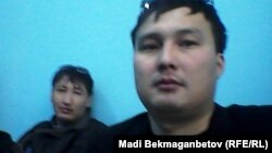 Полиция ұстап әкеткен Азаттық тілшілері Ержан Әмірханов (сол жақта) пен Мәди Бекмағанбет полиция бөлімінде отыр. Астана, 21 мамыр 2016 жыл.