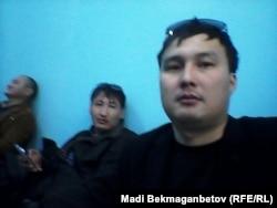 Корреспонденты Азаттыка Ержан Амирханов (в центре) и Мади Бекмаганбетов (крайний справа) — в полиции. Астана, 21 мая 2016 года.