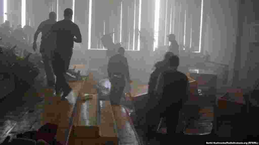 За легендою навчань, в торговому центрі стався вибух. Реальності додавали перекинуті меблі і димова завіса в темній аудиторії