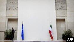 Флаги Ирана и ЕС в представительстве ООН в Женеве, где проходили переговоры по иранской ядерной программе, 16 октября 2013 года.