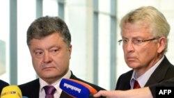 Депутат Карл-Георг Вельман возглавляет немецко-украинскую парламентскую группу. Снимок сделан в мае 2014 года в Берлине; Петр Порошенко - кандидат в президенты Украины