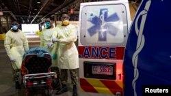 """Войници от военноморските сили на САЩ се готвят да транспортират пациент от линейка на плаващата болница """"Комфорт"""" Ню Йорк"""