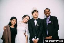 Асель с мужем и друзьями на свадьбе.