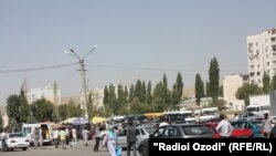 Яке аз хиёбонҳои сермошини шаҳри Душанбе